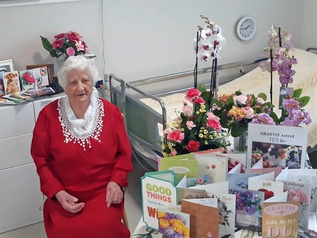 Astrid Qvist uppvaktades med blommor och kort på sin 109-årsdag. Hon är Finlands äldsta invånare.