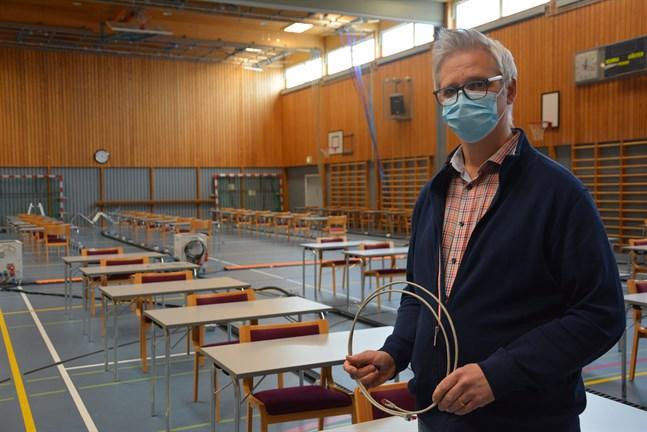 På tisdagen inleds studentskrivningarna. 57 studerande kommer då att bänka sig i simhallens festsal, konstaterar rektor Mikael Snickars vid Närpes gymnasium.