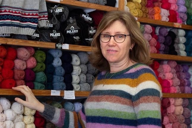 Birgitta Björk hjälper gärna kunder hitta rätt garn för sina stickprojekt.