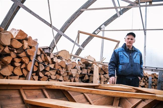 Jag försöker bygga en båt per vinter. Det är min hobby och någonting som jag tycker är roligt, säger Helge Häggblom.