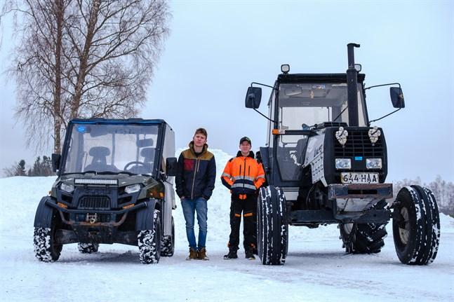 Johan Backlund och Julius Stagnäs kör hellre traktor än moped. Vintertid slipper man frysa i traktorhytten.