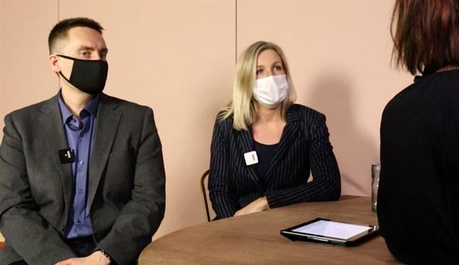 Stefan Malm och Paula Erkkilä diskuterar coronakonsekvenserna tillsammans med Anna Bertills.