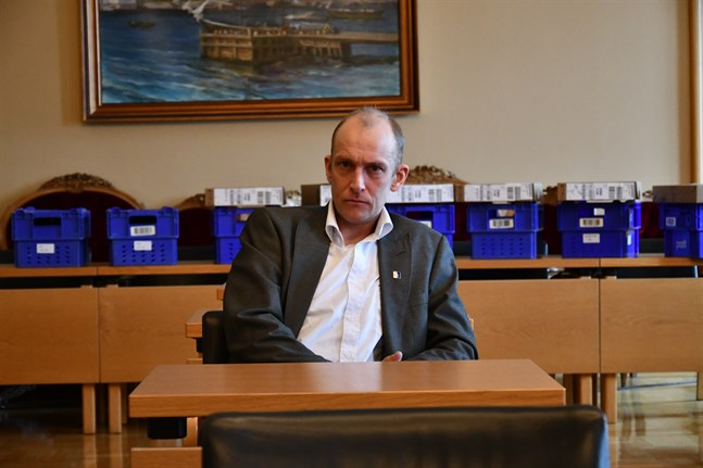 Kristinestads fullmäktigeordförande Henrik Antfolk (SFP) fick ett anonymt brev, där han får 30 dagar på sig att avgå från samtliga politiska uppdrag.