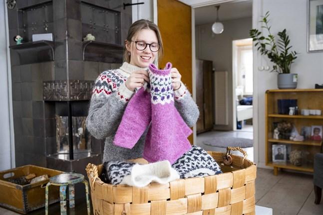 Stickning och friluftsliv är viktiga delar i Anna Suvilaaksos liv. I korgen förvarar hon de tröjor som familjen använder utomhus.