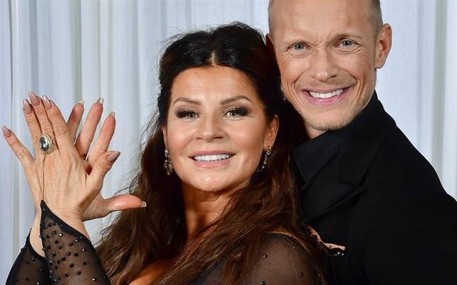 """Carola och Tobias Wallin dansar tillsammans i """"Let's dance""""."""