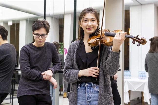 Tarmo Peltokoski dirigerar stadsorkesterns strömmade konsert. Tami Pohjola är solist på sin Guadagnini-violin från 1700-talet.