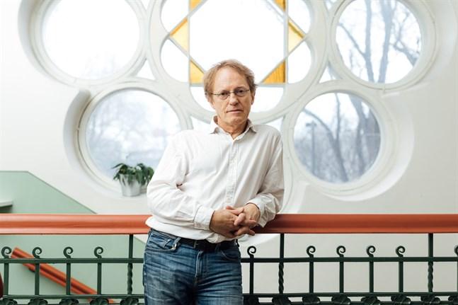 Joakim Groth, född 1953, är författare och regissör.