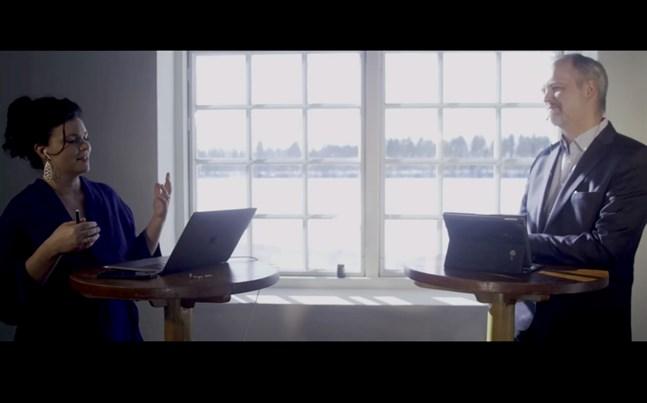 """Den svenska Internetforskaren, författaren och föreläsaren Annakarin Nyberg höll i trådarna under webbinariet """"Future sustainable workplaces"""" som ordnades som en del av Energy Vaasa Talks. Här i samtal med Martin Ärlestig som leder företaget Komatsu Forest i Umeå."""