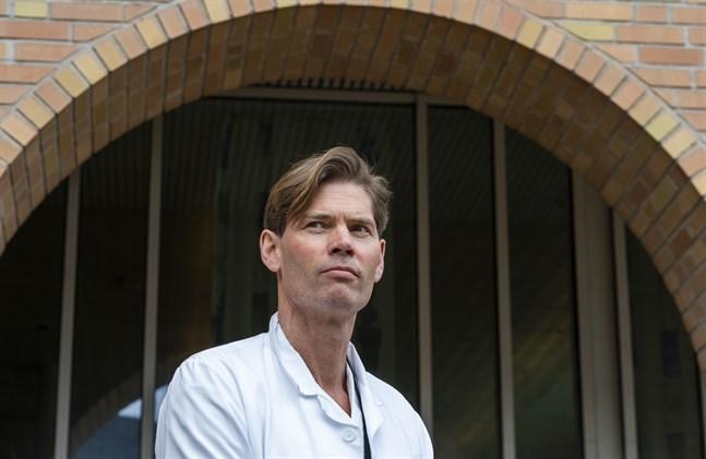 Pål Andre Holme, professor och överläkare vid Oslos universitetssjukhus, håller presskonferens utanför sjukhuset.