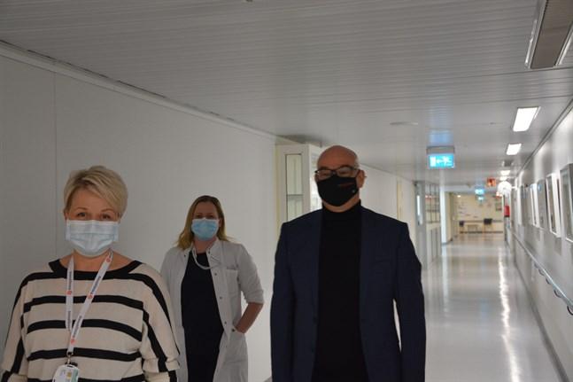 Heli Silomäki, till vänster, och Charlotte Grönvik vid Bottenhavets Hälsa drar upp riktlinjer för vården i Kristinestad tillsammans med Joni Aaltonen från Pihlajalinna.
