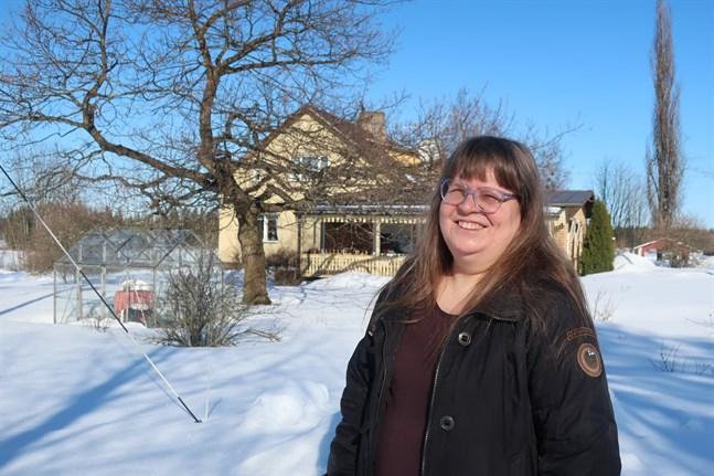 Maja Sandbäck är jordbrukare och kör gärna traktor. Korna kan hon inte längre sköta på grund av astma.