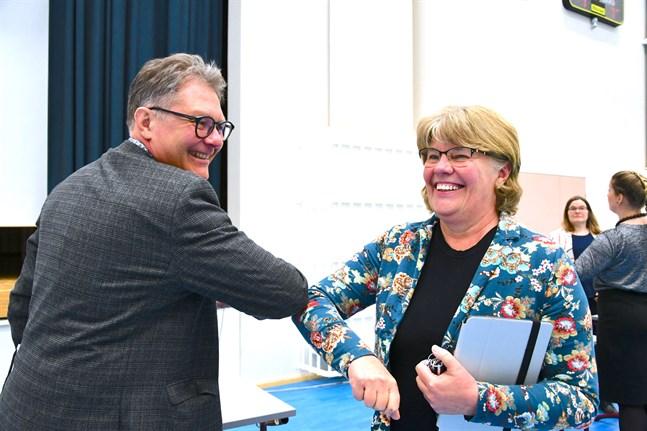 Patrick Ragnäs började perioden som fullmäktiges ordförande, och här gratuleras han till valet som ny styrelseordförande av Carina Storhannus. Bägge ställer upp i årets kommunalval.