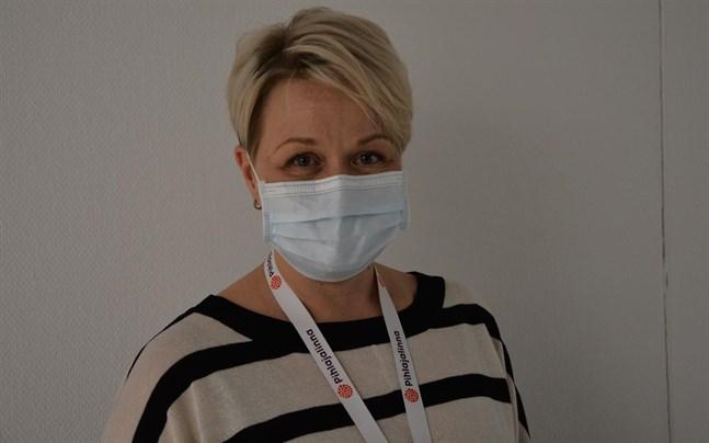 Nuvarande situationen, då en del läkare ännu inte kan det andra inhemska språket, är tillfällig, säger Heli Silomäki, som är verkställande direktör för Bottenhavets Hälsa.