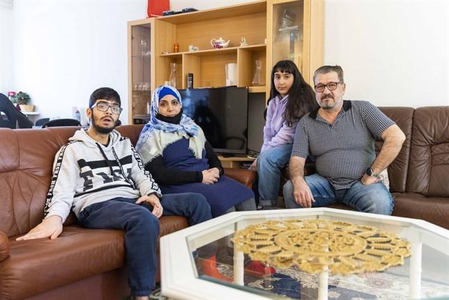 Kosai, Muna, Ruaa och Mahmoud kom till Finland 2017. Nu fokuserar föräldrarna Muna och Mahmoud på att lära sig svenska och få börja jobba.