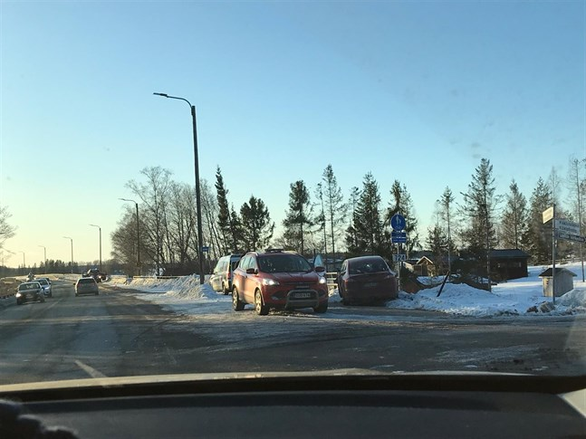 Två personbilar krockade på Alskatvägen på torsdag eftermiddag.