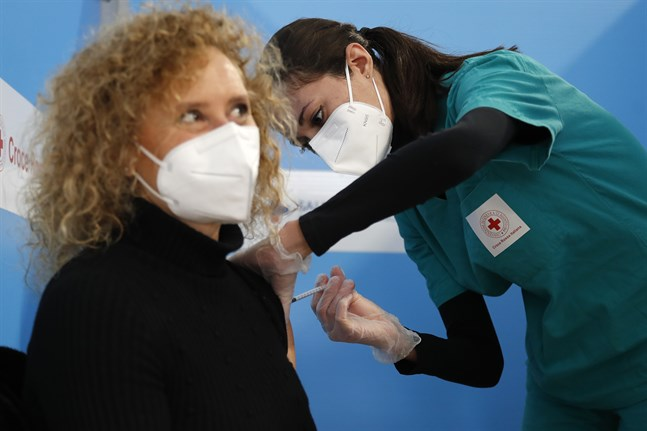 En kvinna får sin vaccinspruta i Fiumicino utanför Rom.