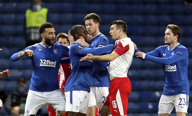 Rangers Glen Kamara, i blått, reagerar efter att Slavias Ondrej Kudela sagt något till honom.
