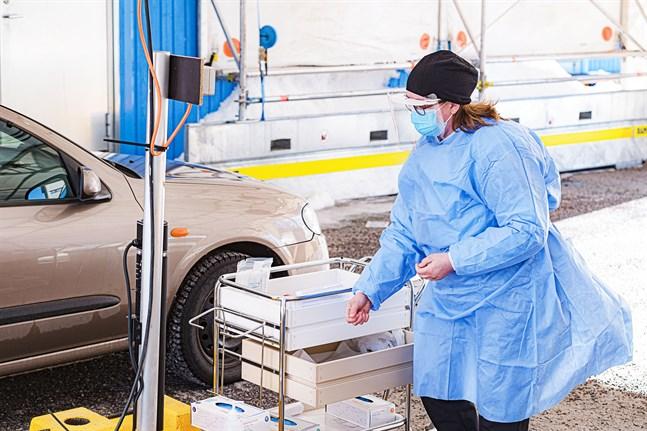Inga nya coronafall har konstaterats inom Soite sedan i lördags. På bild Sanna Björkskog vid drive in-testningen i Karleby.