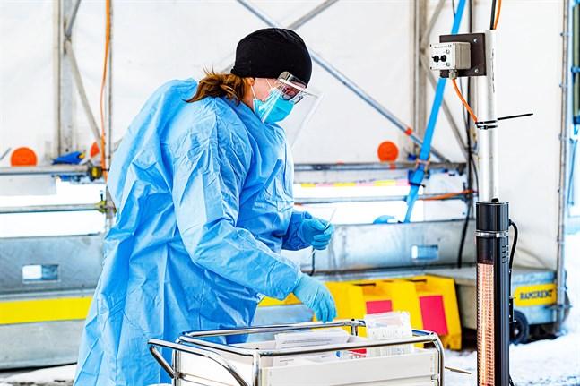 Förra veckan var 0,4 procent positiva av de cirka 1500 coronatest som togs inom Soite. På bild coronatestaren Sanna Björkskog i Karleby.
