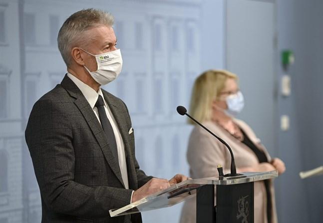 Bland andra överläkare Taneli Puumalainen från Institutet för hälsa och välfärd och enhetschef Liisa Näveri från Säkerhets- och utvecklingscentret för läkemedelsområdet (Fimea) deltar i torsdagens presskonferens.