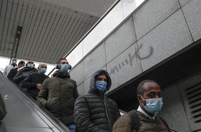 Parisbor med munskydd i en rulltrappa i huvudstadens kontorstäta stadsdel La Défense. Bilden är från i torsdags.