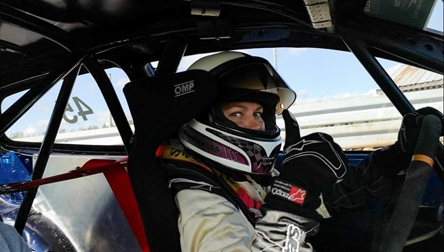 Martina Backfält trivs bakom ratten i en racingbil.