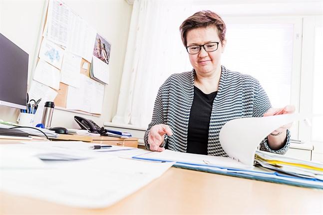 Kommunala årsklockan förblir den samma, men ärendena ändrar. Johanna Holmbäck har jobbat med Kronobyförvaltningen i tio år, men tar nu över som förvaltningschef i Larsmo.