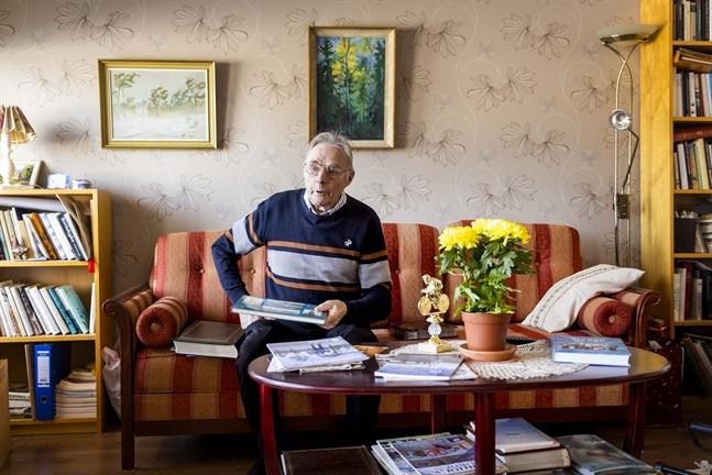 Kurt Näsman tittar gärna i fotoalbum och har antecknat flitigt. Det hjälper honom att minnas.