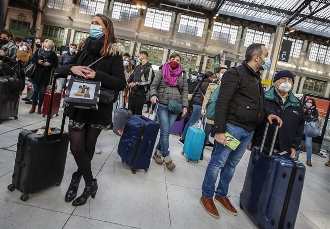 Många Parisbor har valt att lämna huvudstaden för att slippa de nya restriktionerna.