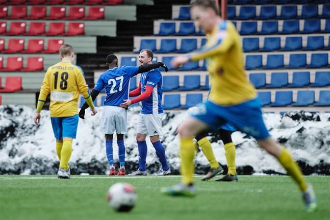 Ali Nuur och Ihor Indutnyi firar 1–0-målet mot Kraft.