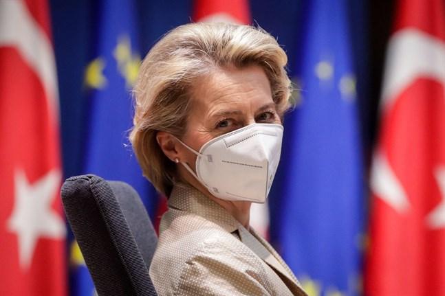 EU-kommissionens ordförande Ursula von der Leyen hotar Astra Zeneca med exportstopp om inte EU får sina utlovade leveranser av vaccin mot covid-19 före andra länder.