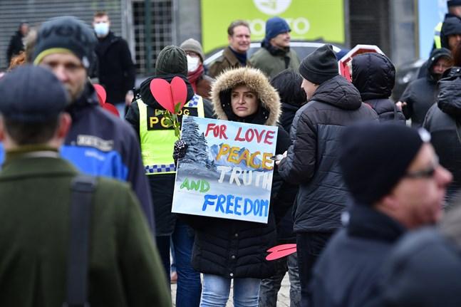 Demonstranter på Gustaf Adolfs Torg i Malmö under lördagens demonstration mot coronarestriktionerna och den svenska coronastrategin.