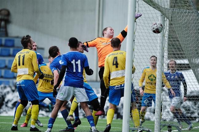 Det blir minst en veckas vila från fotbollen för Krafts målvakt Jesper Norrgård. Bilden från en träningsmatch mot VIFK i mars i år.