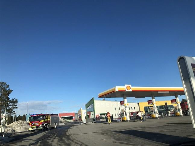 En lastbil körde in i en bränslepump i Vasa och bränsle rann ut på marken.
