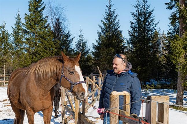 Mats Åström i Kvikant är glad över att vägen inte längre är inritad strax bredvid hans hus. Hur vägen påverkar hästlivet är en viktig fråga fast den nu planeras lite längre bort.