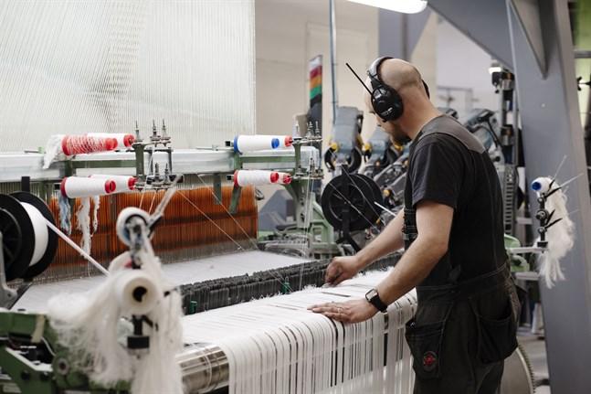 Fyra nya vävmaskiner ska köpas och mer personal anställas när Lapuan Kankurit satsar på inhemsk ull.
