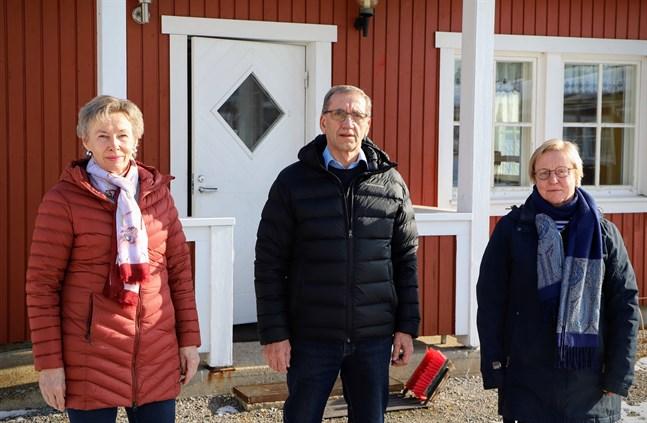 Bodil Backman, Christer Bogren och Kerstin Nordman utanför Allaktivitetshuset. Malax Pensionärers röda stuga är något av en institution i Övermalax.