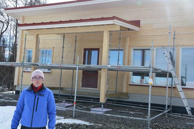 Till sommaren räknar Jonna Olsio med att kunna flytta in i sitt nybyggda hus för året runt-boende på Börskäret i Norrnäs.