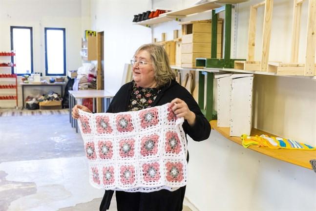 Personer som deltar i arbetsrehabilitering har virkat mormorsrutorna som bildar en filt, berättar Susanne West, verksamhetsledare på Folkhälsan i Korsholm.