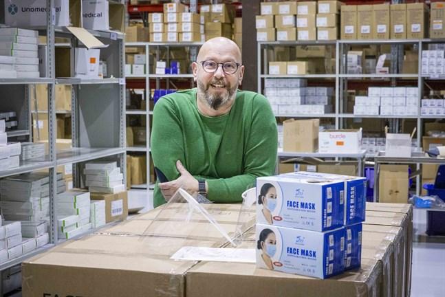 Stefan Vehkoja är mäkta stolt över den österbottniska viljan att hjälpa. Han vågar inte ens tänka på hur det hade gått om företagen inte hade ställt upp och börjat producera skyddsmaterial.