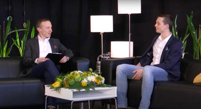 Hockeyspelaren Joel Blomqvist får Nykarlebymedaljen i år och intervjuas av Medaljrutans konferencier Tomas Knuts.