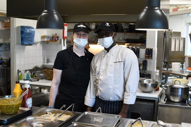 Lotten och Oneil Walker, som driver lunchrestaurangen Oneil's kitchen i Närpes, får fortsätta att packa lunchportioner i take away-lådor i tre veckor till.
