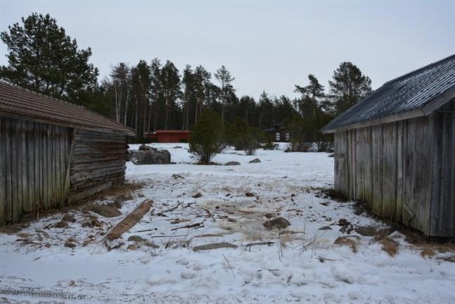 Mellan de här två båthusen på Kilen i Sideby stod ett tredje, som revs utan tillstånd.