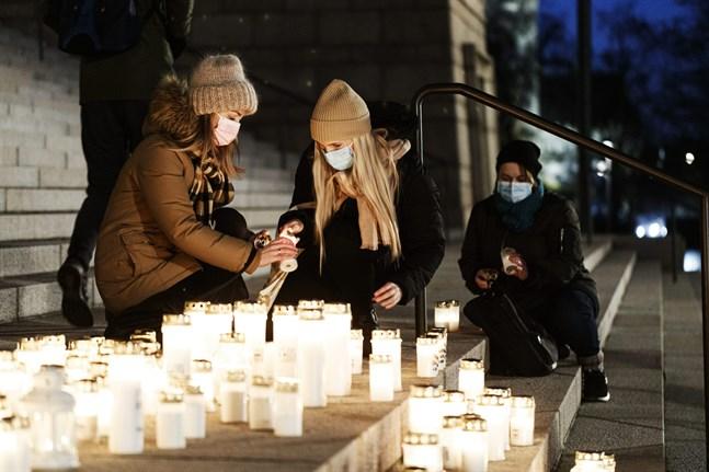 Många ljus har tänts till 16-åringens minne. Här tänds ljus på riksdagshusets trappa i början av mars.