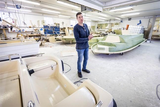 Kenneth Rönnqvist har långa dagar och jobbar 7 dagar i veckan. I hallen i Sundom står färdiga och halvfärdiga båter.