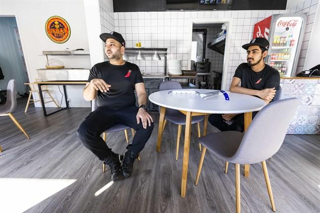 Ali Raza och Numan Ahmad slår upp dörrarna till Urban Bites på Brändö på fredag.