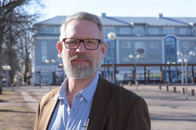Ålands landskapsläkare Knut Lönnroth anser att begränsad rörelsefrihet utomhus inte är relevant eller aktuellt för Ålands del.