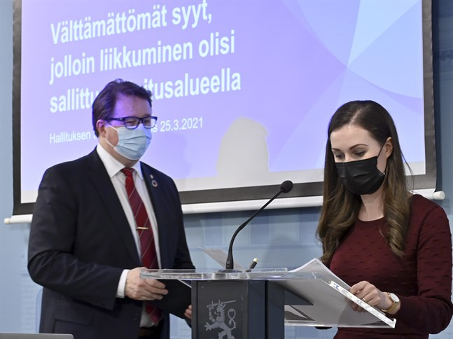Statsminister Sanna Marin (SDP) och direktör Mika Salminen från Institutet för hälsa och välfärd på torsdagens presskonferens.