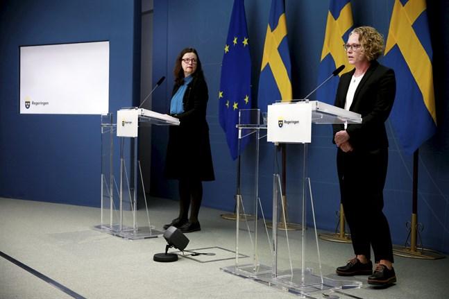 Sveriges utbildningsminister Anna Ekström (S) och Britta Björkholm, avdelningschef på Folkhälsomyndigheten, vid torsdagens pressträff.