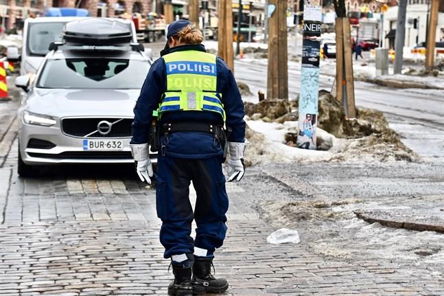 Till övervakningsuppgifterna flyttas poliser bland annat från trafikövervakningen. En stor del av det nya uppdraget möjliggörs genom övertidsarbete.